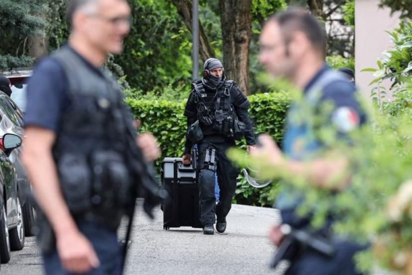 Accoltellano i passanti, terrore a Lione. Un morto e 9 feriti