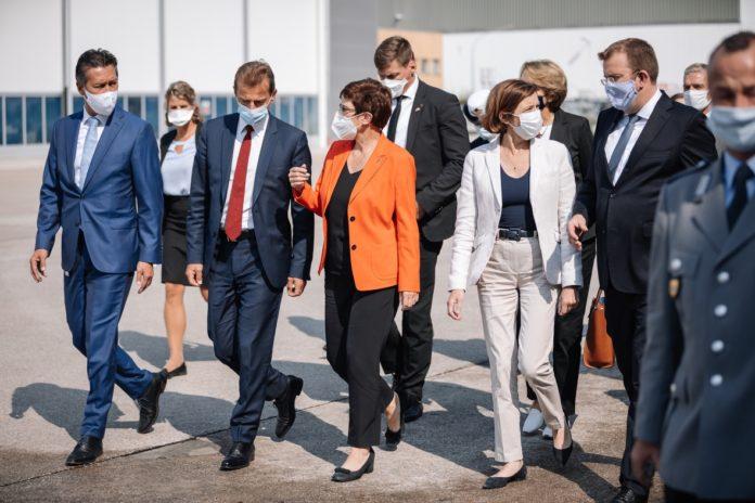 I Ministri della Difesa di Germania e Francia visitano la sede di Airbus a Manching