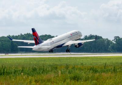 Airbus consegna il suo primo A220 assemblato negli Stati Uniti a Mobile, in Alabama