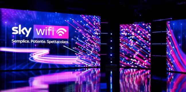 """Continua a crescere la copertura di Sky Wifi. Il servizio ultrabroadband di Sky lanciato nel giugno 2020 in 26 città, ha già raggiunto più di 2.000 comuni italiani ed entro l'anno sarà esteso anche alle cosiddette """"aree bianche"""" cablate da Open Fiber, ampliando così la copertura ad oltre il 60% delle famiglie italiane. Sky Wifi sta progressivamente raggiungendo in modo capillare tutto il territorio italiano e, a solo un anno da lancio, ha inoltre ottenuto un importante riconoscimento dall'Istituto Tedesco Qualità e Finanza, che lo ha classificato come l'operatore di servizi internet a casa con il migliore rapporto qualità-prezzo 2021. Il servizio ultrabroadband di Sky ha infatti conquistato il primo posto nella sua categoria, con un punteggio nettamente superiore alla media del settore nell'indagine svolta dall'Istituto, basata su 870.000 giudizi indipendenti di consumatori e utenti su 974 aziende (di cui 400 italiane) in 95 settori economici. Questo risultato è in linea con tutte le indagini sulla customer satisfaction di Sky Wifi, che individuano nella velocità della connessione, nella qualità delle offerte e nell'attenzione al cliente i principali punti di forza riconosciuti dagli abbonati. Il 60% degli utenti che hanno scelto Sky Wifi ha infatti segnalato che, rispetto al proprio precedente provider, il servizio presenta una performance nettamente superiore. Due elementi che si aggiungono ad un uso decisamente intensivo della rete da parte degli abbonati. Il traffico generato dagli utenti di Sky Wifi nel primo trimestre 2021 si attesta infatti sui 16 GB giornalieri, utilizzati su una media di 9 dispositivi per famiglia: valori nettamente superiori alla media che si registra sulle linee broadband italiane, assestate intorno ai 7,50 GB di traffico quotidiano. E questo in un anno ancora fortemente colpito dalle restrizioni dovute alla pandemia, che hanno provocato un aumento del consumo dati giornaliero di oltre il 30% rispetto al 2020 sulla rete fissa. Sky Wifi de"""