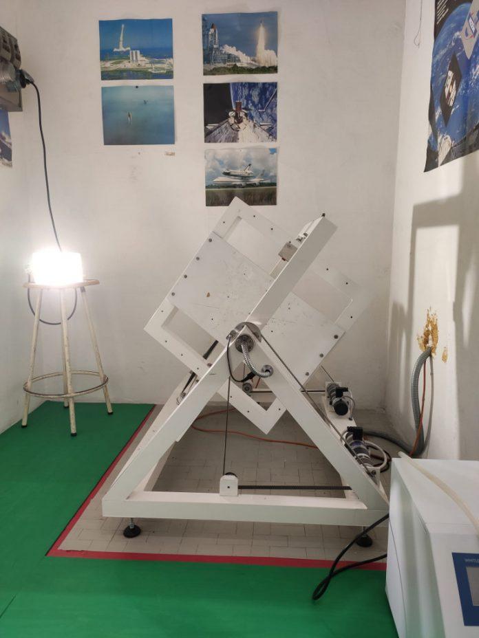Oggetto del brevetto è un kit composto da un clinostato e da una camera con atmosfera di CO2, che può riprodurre le condizioni extraterrestri come quelle marziane.